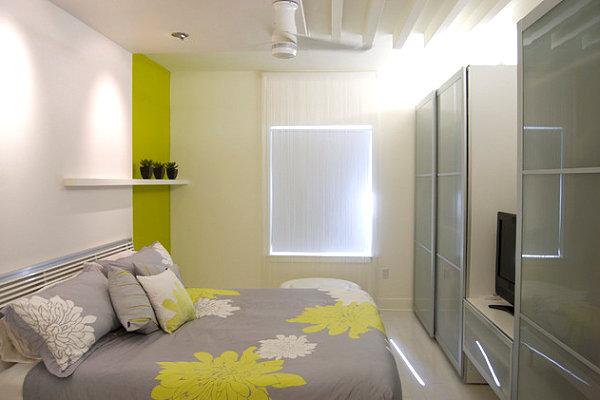 Эклектичная серая спальня с ярким декором
