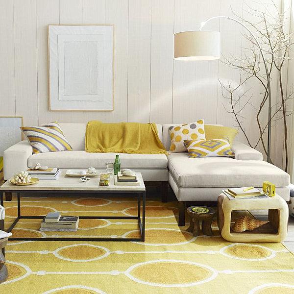 Потрясающий золотой декор на белоснежном фоне уютной гостиной