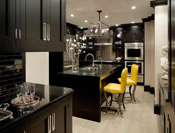 Яркие барные стулья для строгого дизайна кухни