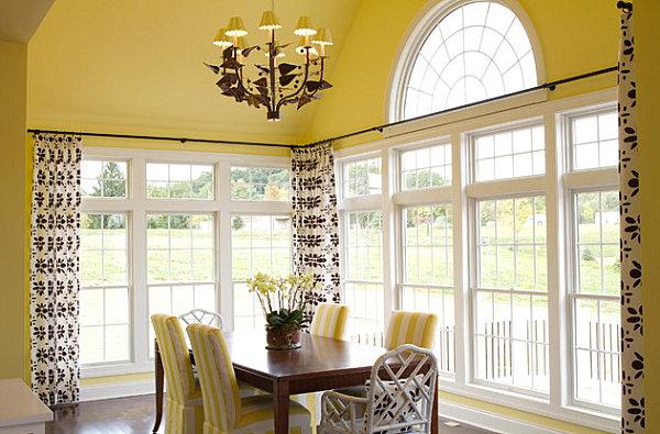 Большая и светлая столовая с лимонными стенами