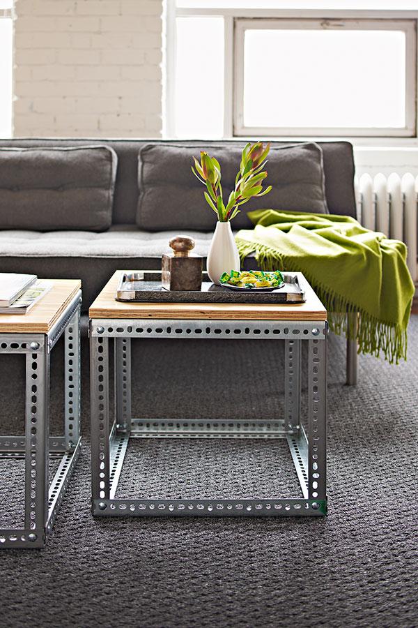 Красивый журнальный столик в дизайне интерьера