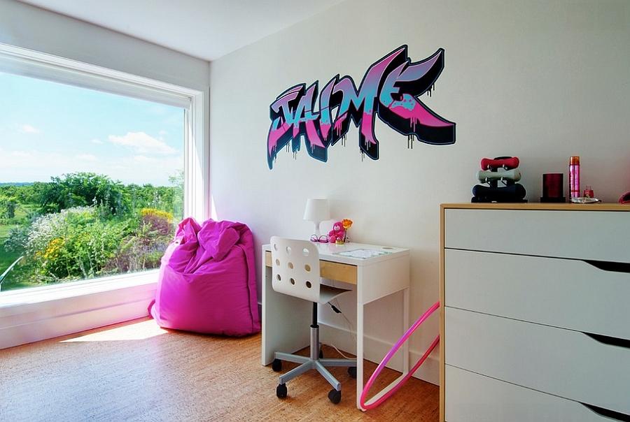 Современные граффити на стене комнаты