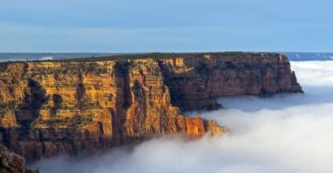 Гранд-Каньон Национального парка США заполнен густыми белыми облаками в результате температурной инверсии