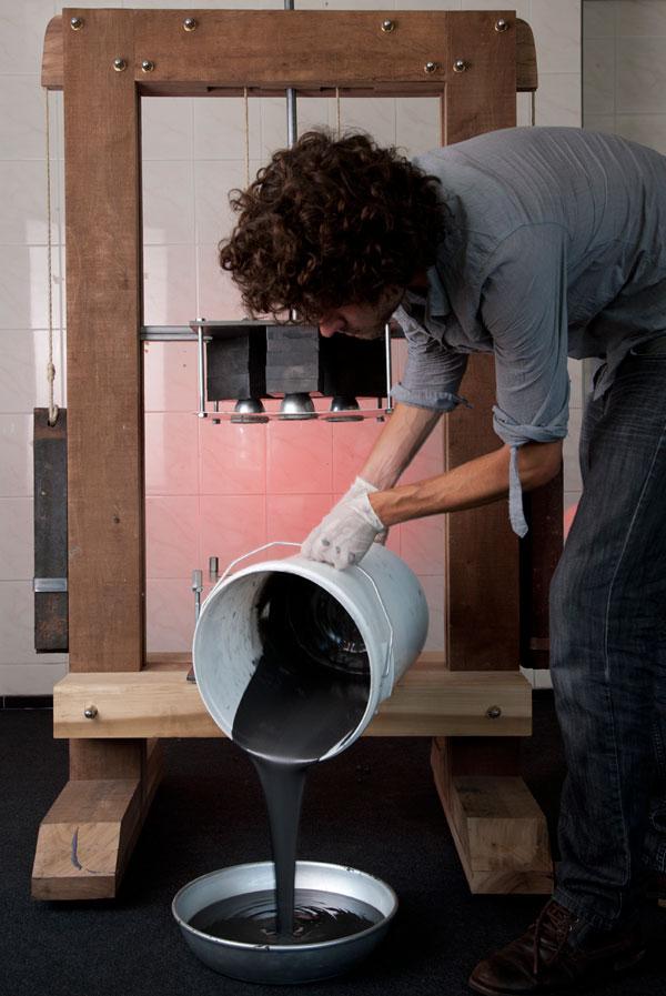Красивая гравитационная табуретка от Jólan van der Wiel