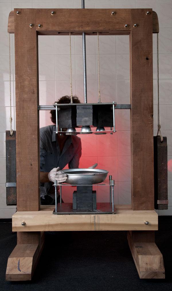 Чудесная гравитационная табуретка от Jólan van der Wiel