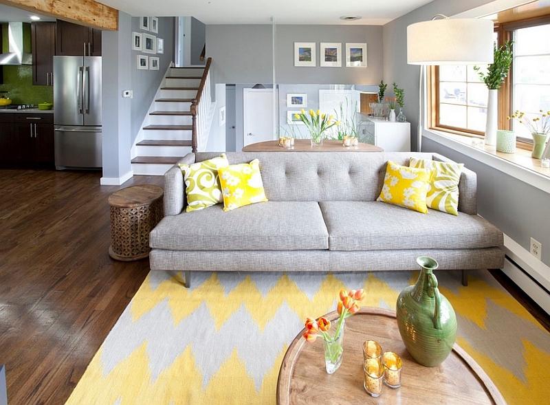 Веселые подушки оживляют строгий цвет дивана