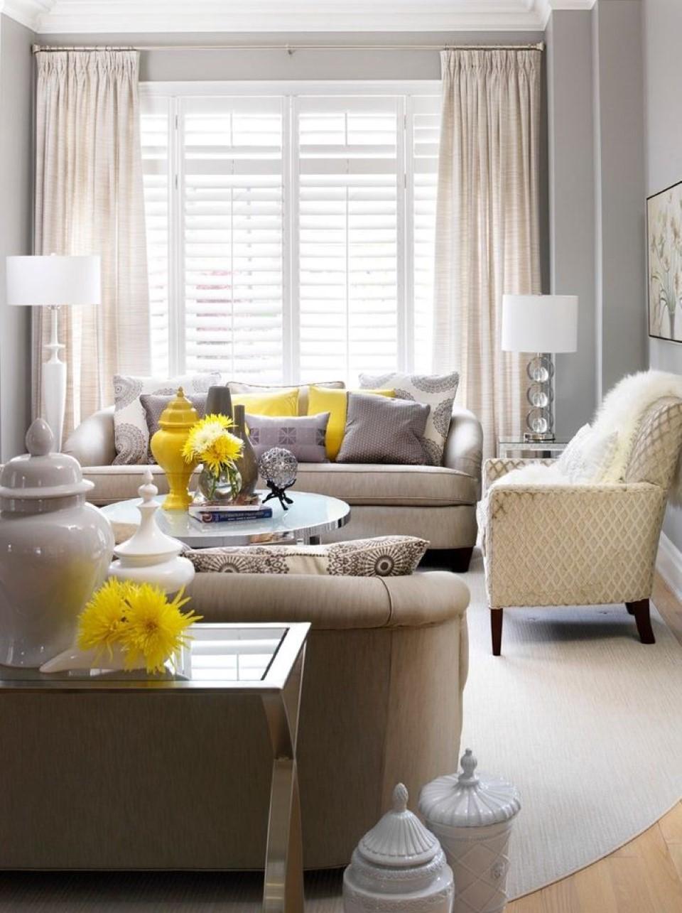 Желтые ваза и подушки