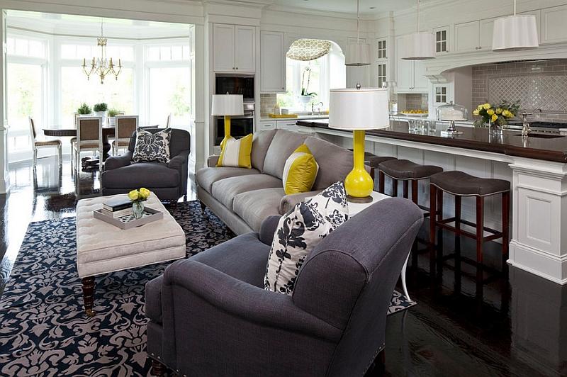 Желтые лампы и подушки в гостиной