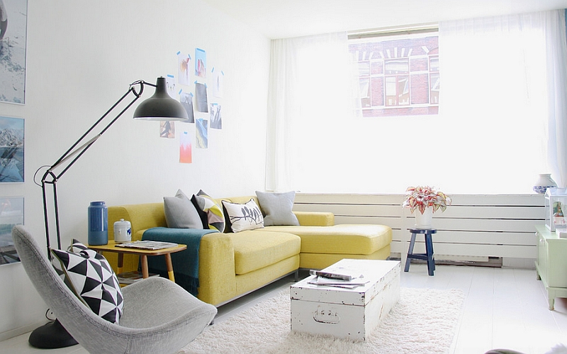 Светлая гостиная с желтым диваном