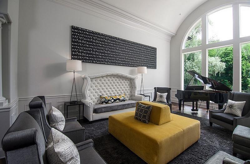 Желтый диван в центре комнаты