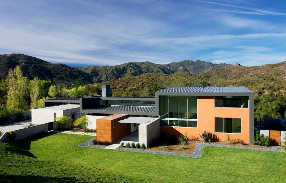 Зеленый газон у дома