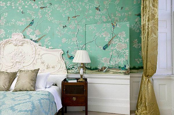 Зеленая стена с узорами в спальне