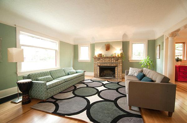 Зеленый диван с узорами