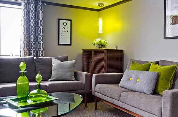 Зеленые подушки на диване