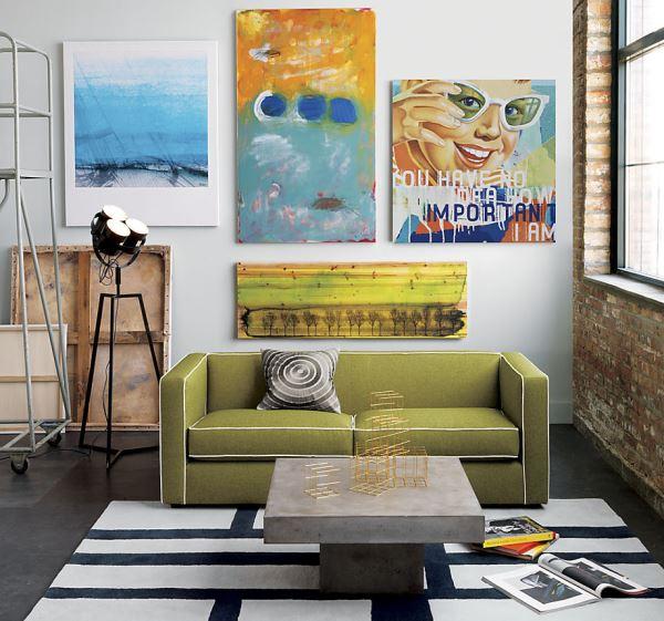 Оливковый диван с белой окантовкой