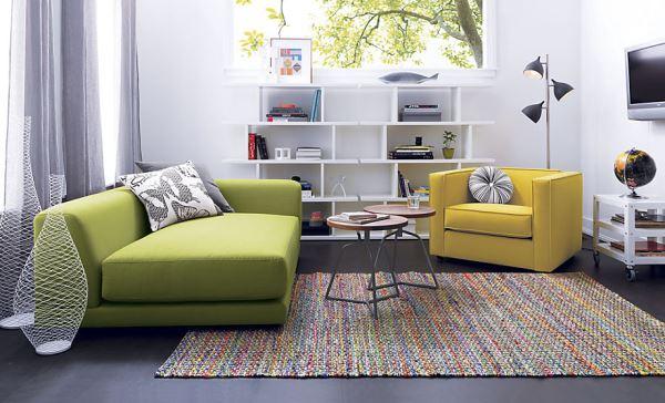 Мшисто-зелёная и цитрусовая мягкая мебель в гостиной