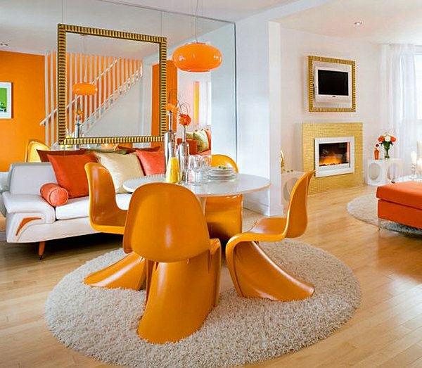 Оранжевые стулья у стола в интерьере