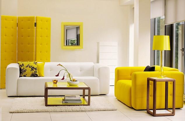 Желтая ширма и кресло в интерьере в стиле фен-шуй
