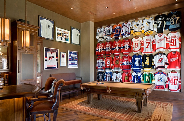 Спортивные футболки в рамках на стене в бильярдной