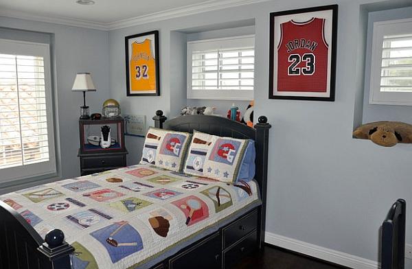Спортивные футболки в рамках на стене в спальне