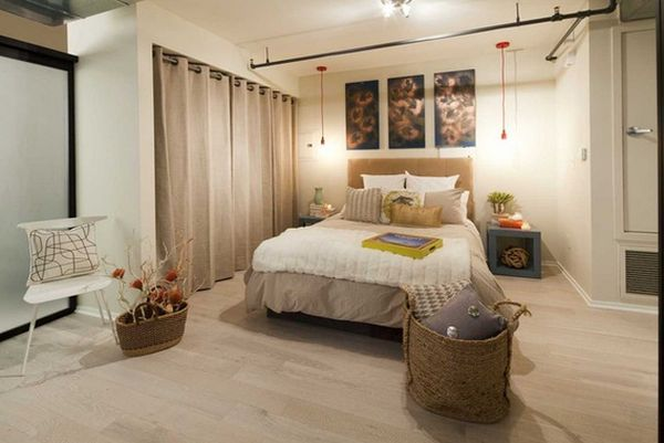 Плотный занавес-перегородка в спальне