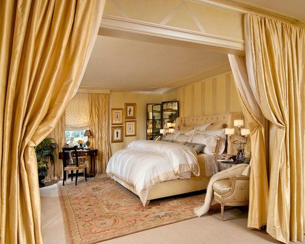 Тяжелые двойные занавеси в спальне