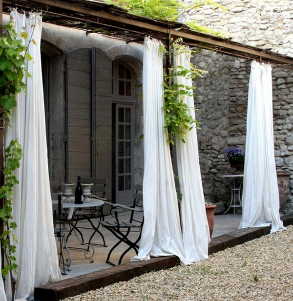 Легкие белые занавески во внутреннем дворике