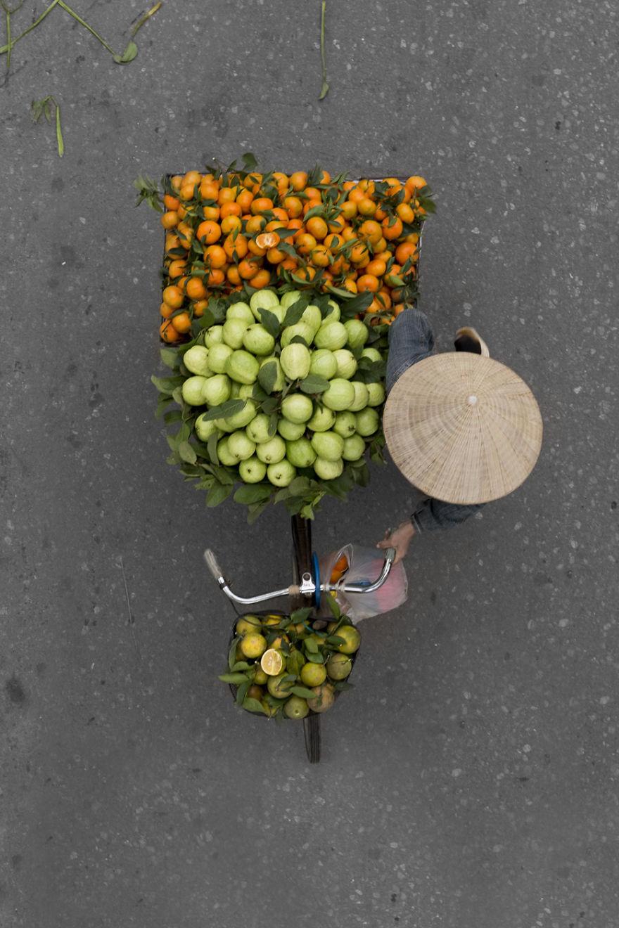 Съёмка с мостов от Лоэс Хееринк: прекрасные композиции из товаров на улицах Ханоя