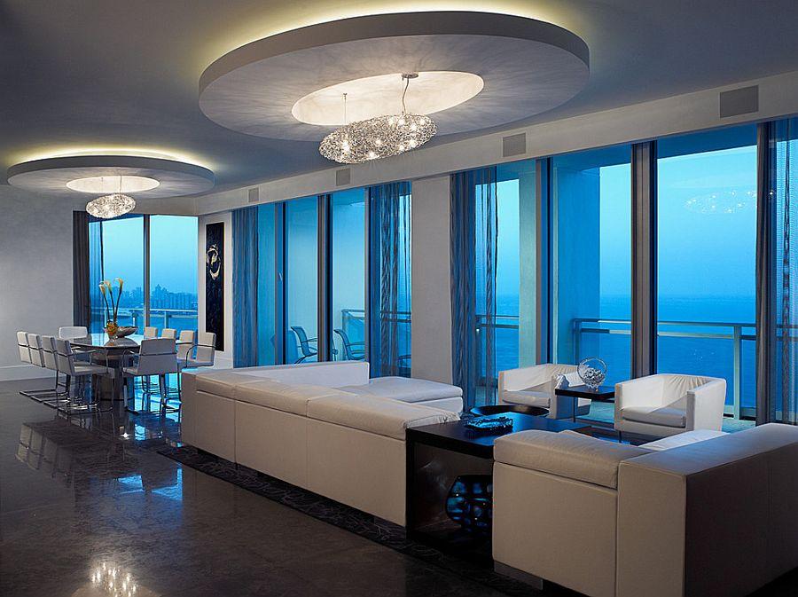 Прекрасный дизайн интерьера комнаты с высоким потолком