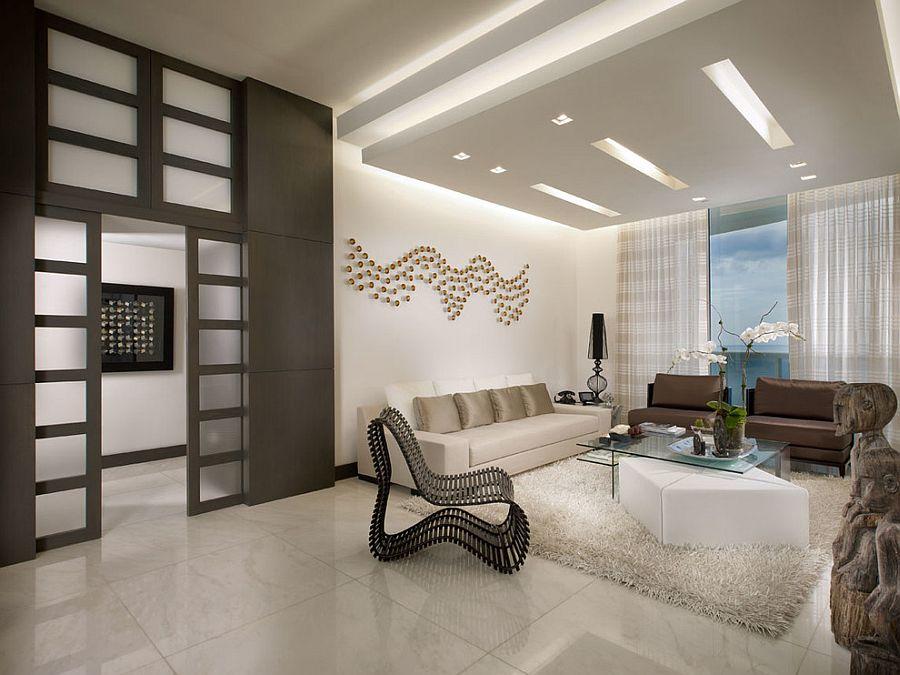 Уникальный дизайн интерьера комнаты с высоким потолком
