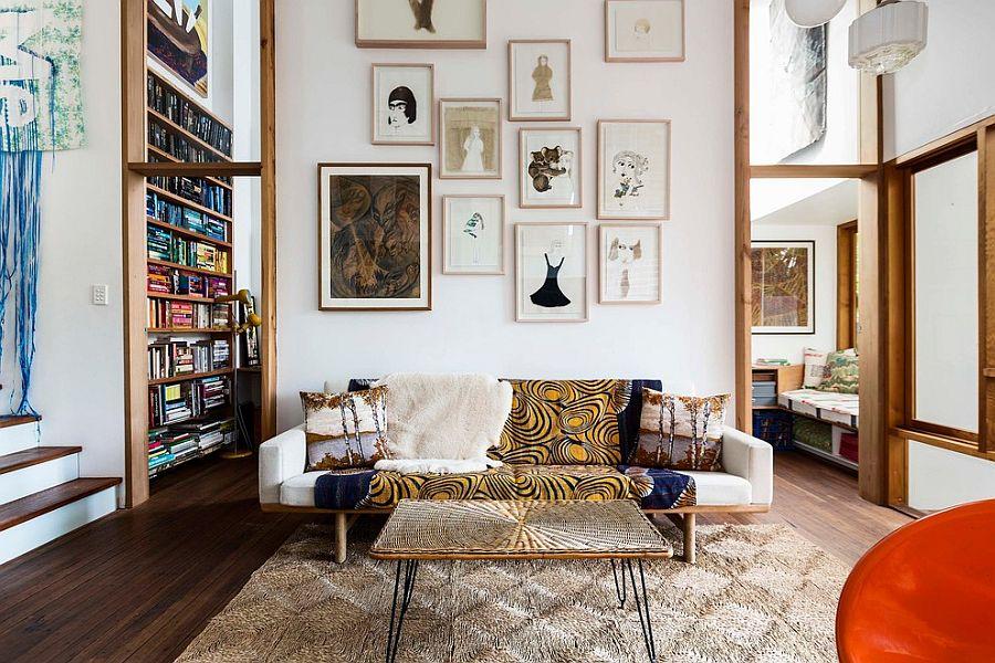 Чудесный дизайн интерьера комнаты с высоким потолком