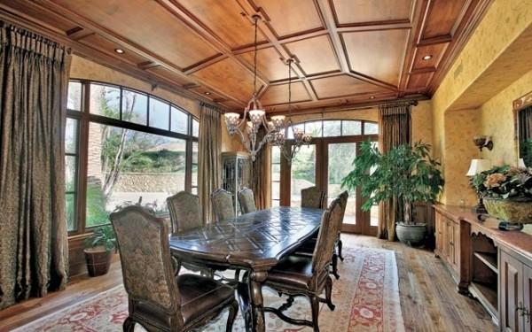 Дорогой ковер и мебель для столовой защищены от вредного воздействия ультрафиолетовых лучей