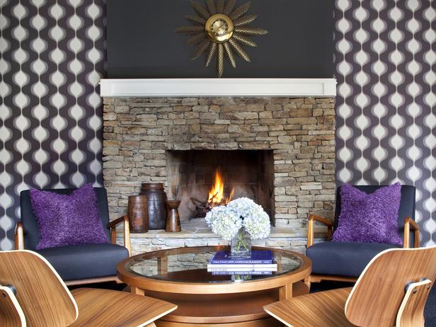 Отделанный рустиком камин с живым огнем - примета осеннего интрьера