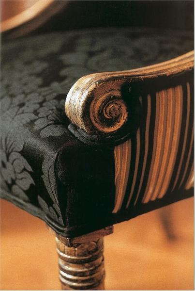 Потертый стул с высокой спинкой в стиле «ампир»