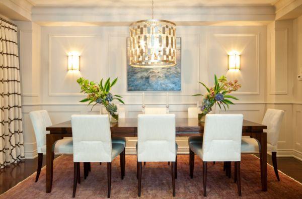 Роскошная люстра и настенные бра в интерьере столовой