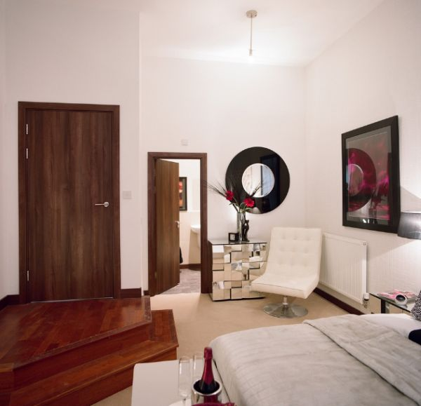 Зеркала в интерьере спальной комнаты
