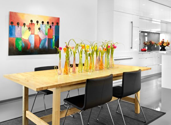Полевые цветы в высоких вазах на деревянном столе кухни