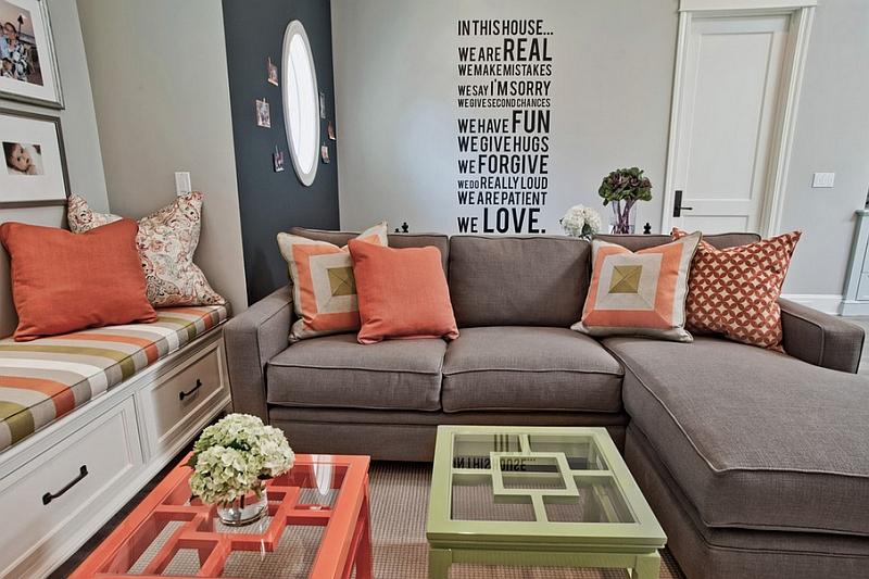 Подушки кораллового цвета в гостиной