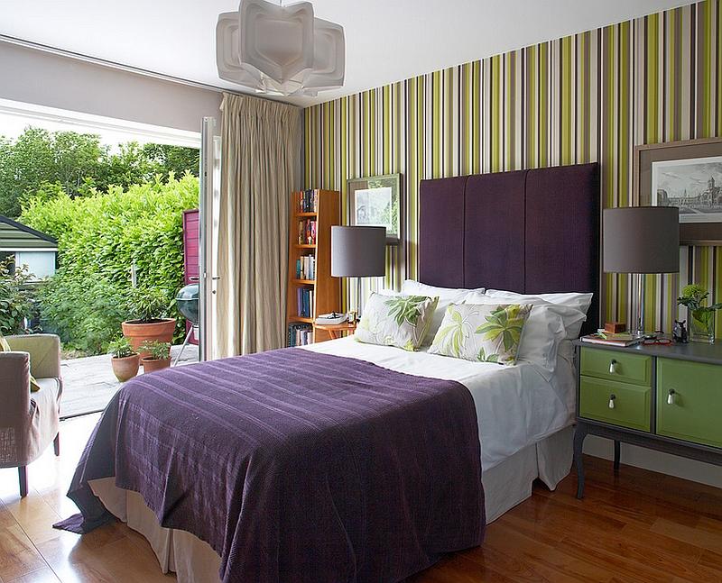 Фиолетовое изголовье кровати и постельное белье
