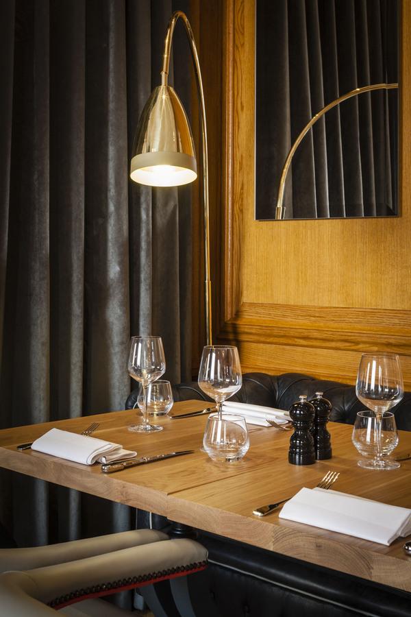Столик ресторана Gillrays