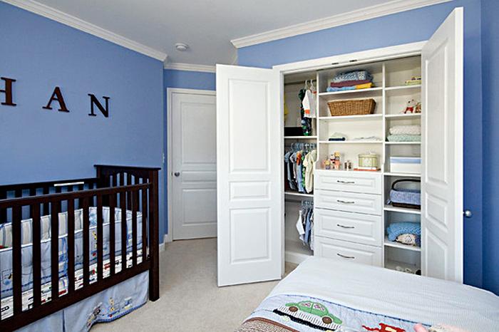 Встроенная система хранения белого цвета в детской