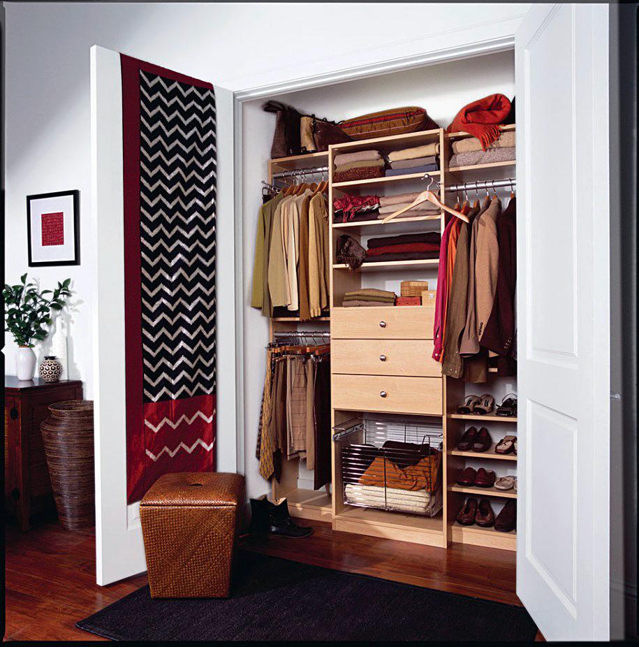 Распашные дверцы шкафа в интерьере