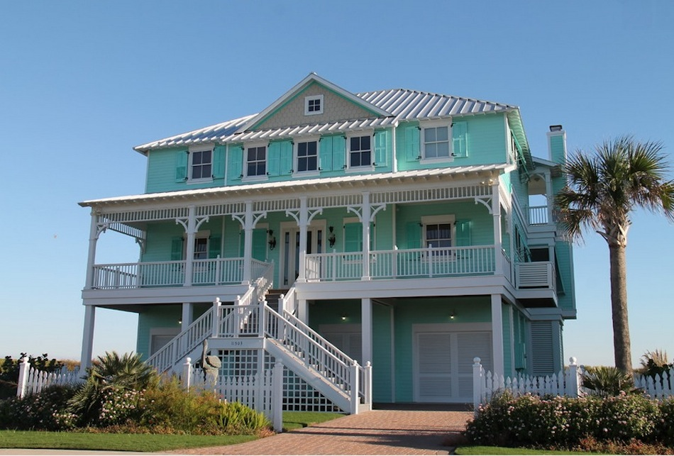 Теплый цвет фасада дома с красивым видом