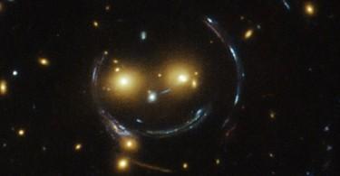 Фото от НАСА: скопления галактик выглядят, как космический смайлик