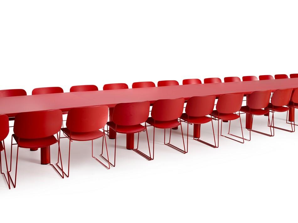 Длинный красный стол для конференц-зала