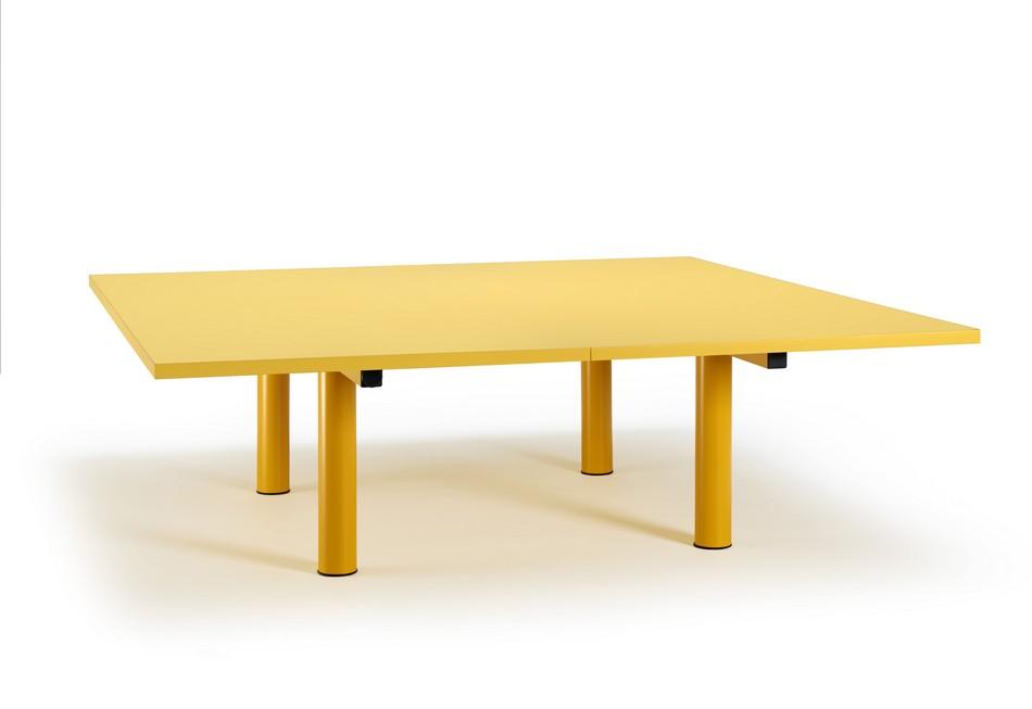 Стол для конференц-зала желтого цвета