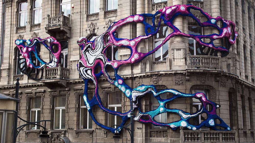 Hyperbolic: органическая форма масштабной инсталляции в Лодзи от Кристал Вагнер