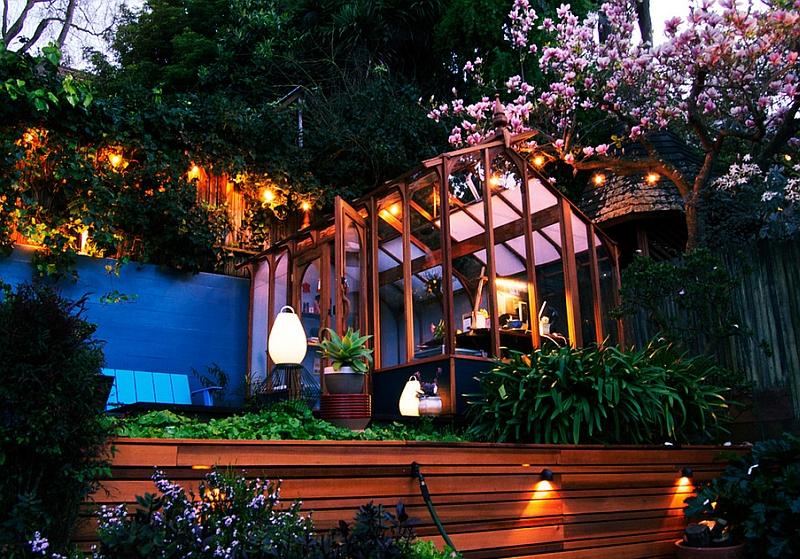 Яркое освещение в саду