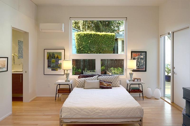 Спальня с большой белой кроватью