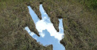 Отражение природы: ленд-арт инсталляция из земли, неба и зеркала от Icy & Sot